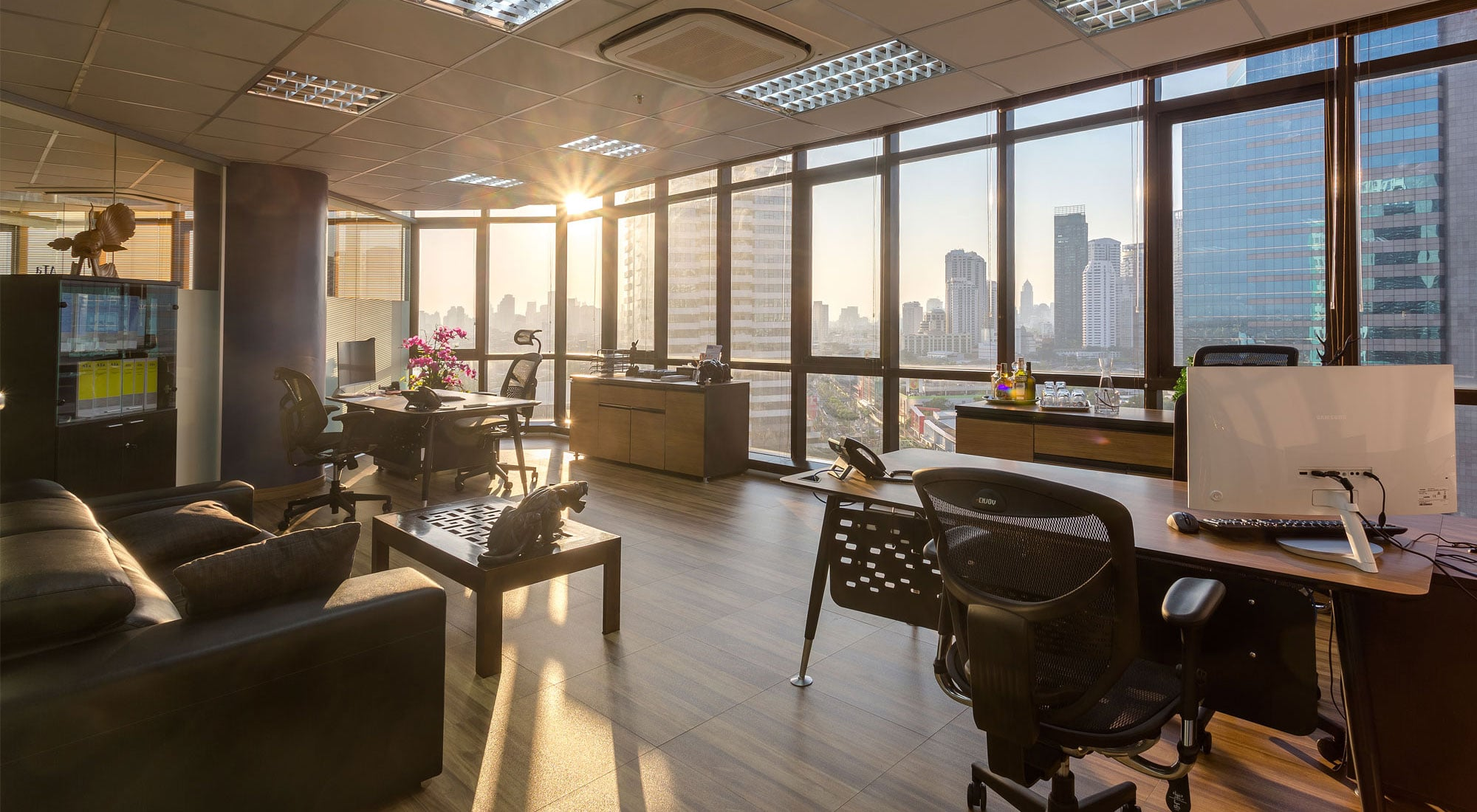 Office of 40 sqm with 2 stations and a sitting area